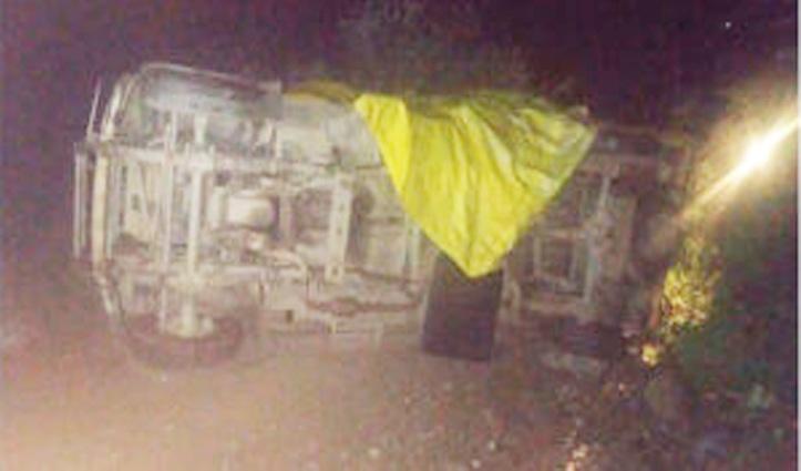Himachal: ठेकेदार के ऊपर पलट गई पिकअप, बैक हो रही गाड़ी को लगा रहा पत्थर; गई जान