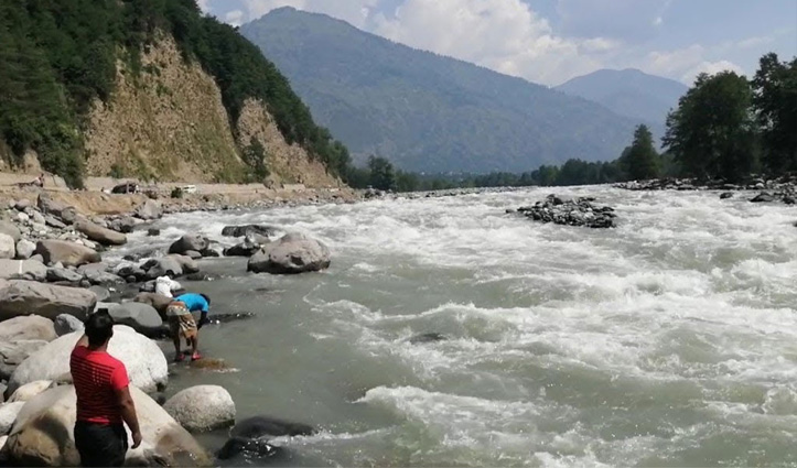 हिमाचल: ब्यास किनारे शराब पी रहे थे पंजाब के पांच युवक, एक ने नदी में लगा दी छलांग