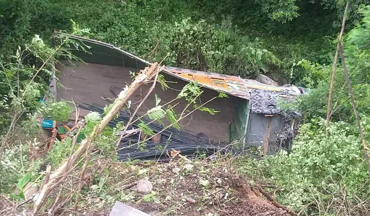 हिमाचल: खाई में गिरा सरिये से लदा ट्रक, अस्पताल पहुंचने से पहले चालक की गई जान