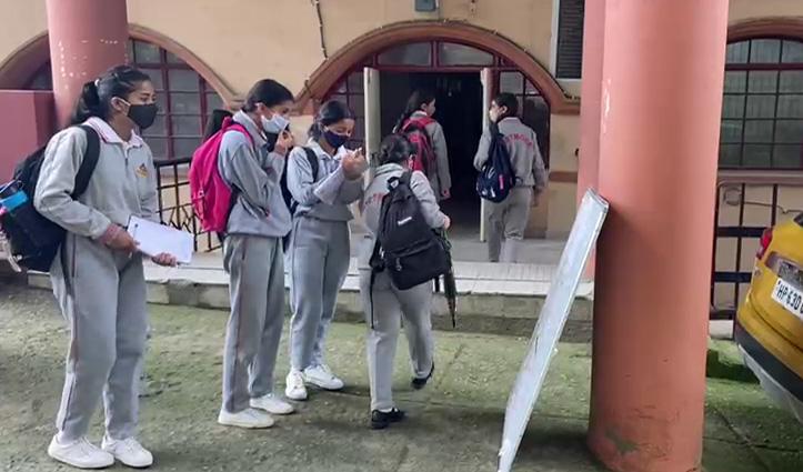हिमाचल के स्कूलों में लौटी रौनक, गेट पर हुई छात्रों की थर्मल स्कैनिंग