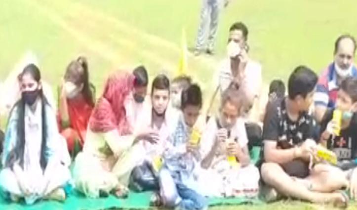 ये अफसरशाही है कि छूटती नहींः  मंत्री-अधिकारी खुद टेंट तले और बच्चों को बैठाया जमीन पर