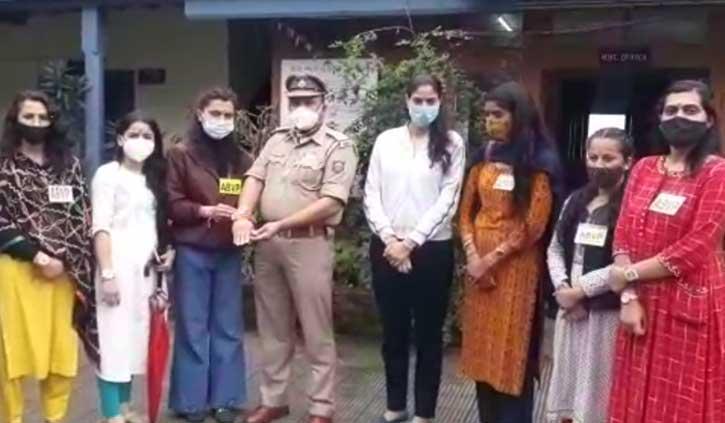 हिमाचल: महिलाओं ने थाने के पुलिसकर्मियों और बंदियों को बांधी राखी, लिया रक्षा का वचन
