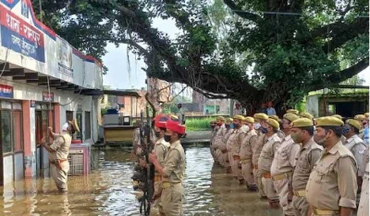राष्ट्रीय ध्वज फहराने के लिए घुटने भर पानी में खड़ी रही उत्तर प्रदेश पुलिस