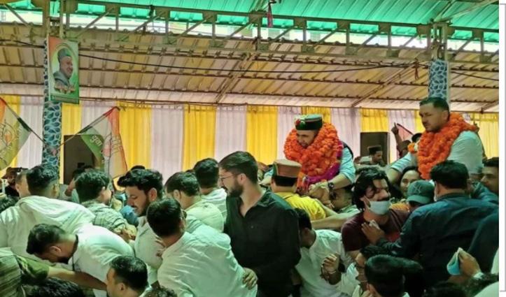पिता के निधन के बाद पहली बार जनसभा में पहुंचे विक्रमादित्य सिंह, कार्यकर्ताओं ने कंधे पर उठाया