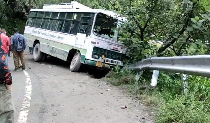 हिमाचल: HRTC बस ने सड़क किनारे चल रहे दो युवकों को कुचला, दोनों गंभीर घायल