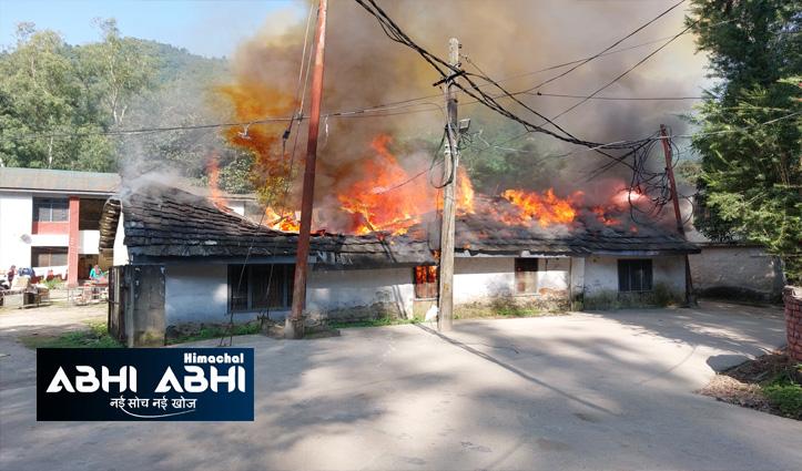 हिमाचलः मंडी में वन निगम के लकड़ी डिपो के ऑफिस में आग, 40 वर्ष पुराना भवन राख
