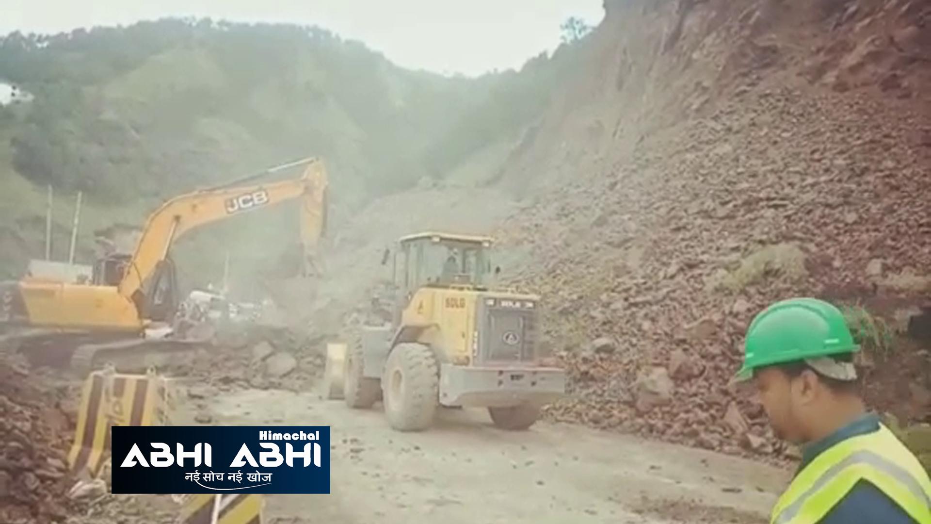 हिमाचलः कालका-शिमला एनएच पर क्यारीबंगला में भूस्खलन, वाहनों की रफ्तार थमी