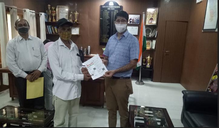 हिमाचलः डीसी राघव शर्मा की पहल पर दिव्यांग को चौबीस घंटे में मिला आधार कार्ड