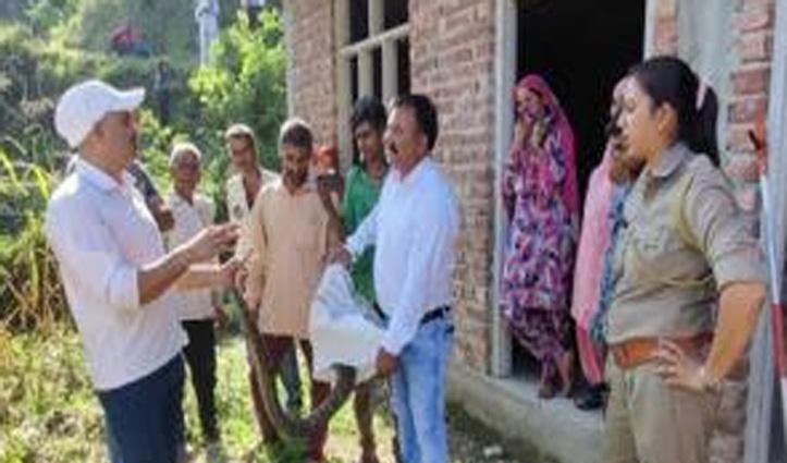 हमीरपुर: घर में घुसा विशालकाय अजगर, स्नेक कैचर ने किया रेस्क्यू