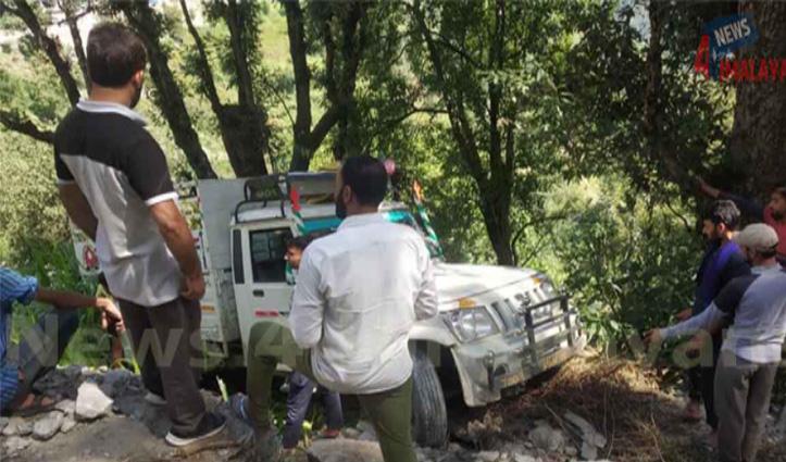 हिमाचल में अब यहां हवा में लटकी पिकअप वैन, समय रहते ग्रामीणों ने बचाया