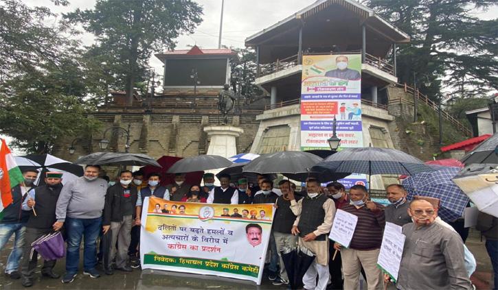 दलित हत्याकांड: कांग्रेस ने किया बापू की प्रतिमा के सामने मौन प्रदर्शन, राज्यपाल को सौंपा ज्ञापन