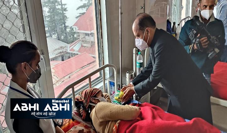पीएम मोदी के जन्मदिन पर सीएम जयराम , केंद्रीय मंत्री अनुराग ने केएनएच में बांटे फल व मास्क