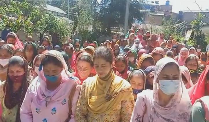 जोगिंद्रनगर की बेटी को इंसाफ दिलाने सड़कों पर उतरी सैंकड़ों महिलाएं, दी श्रद्धांजलि