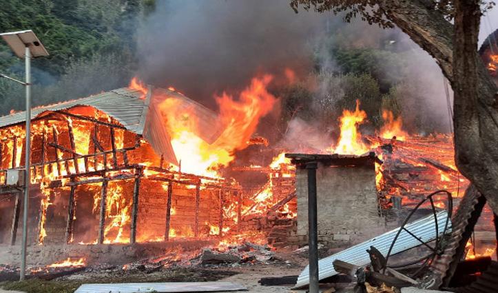किन्नौर अग्निकांड में आठ घर जलकर हुए राख, 12 घंटे बाद पाया आग पर काबू