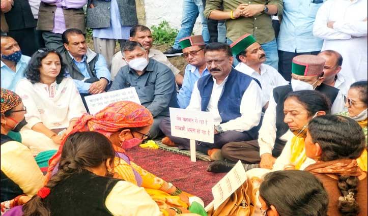 हिमाचल कांग्रेस ने कुमारसेन में अडानी के सीए स्टोर के बाहर किया प्रदर्शन