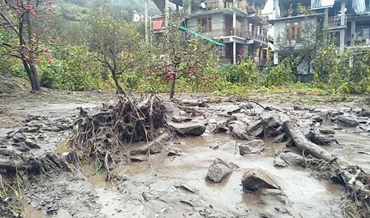 हिमाचल में बारिश का कहरः मनाली के बरूआ में घरों में घुसा बाढ़ का पानी व मलबा