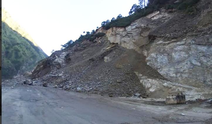 हिमाचल में अब यहां दरकी पहाड़ी, बंद हुआ एनएच, लाइव वीडियो भी आया सामने