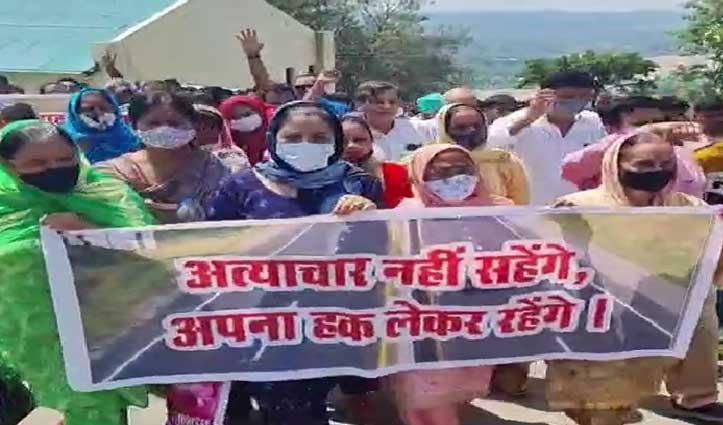 पठानकोट- मंडी फोरलेन प्रभावितों के हक के लिए कांग्रेस उतरी सड़कों पर