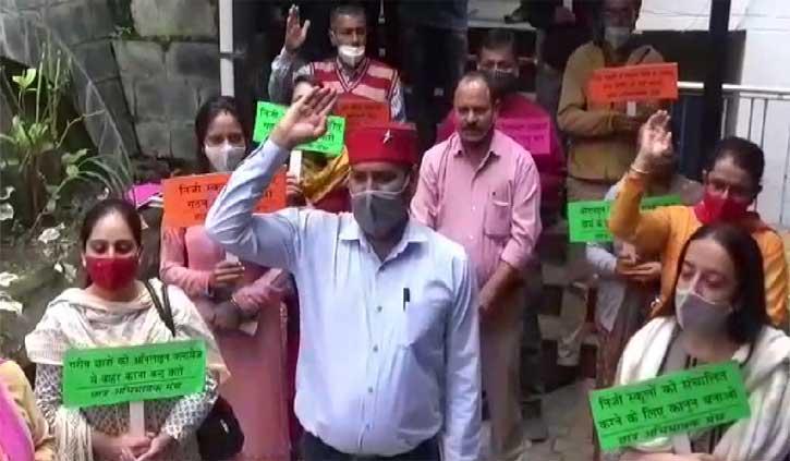 हिमाचलः निजी स्कूलों की मनमानी के खिलाफ शिक्षा निदेशालय के बाहर पहुंच गए अभिभावक