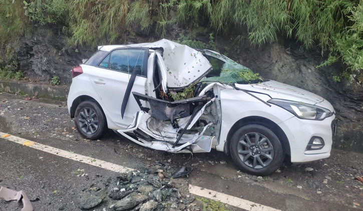 हिमाचल: इन चार जिलों में आज आ सकती है बाढ़, रामपुर में कार पर गिरे भारी भरकम पत्थर