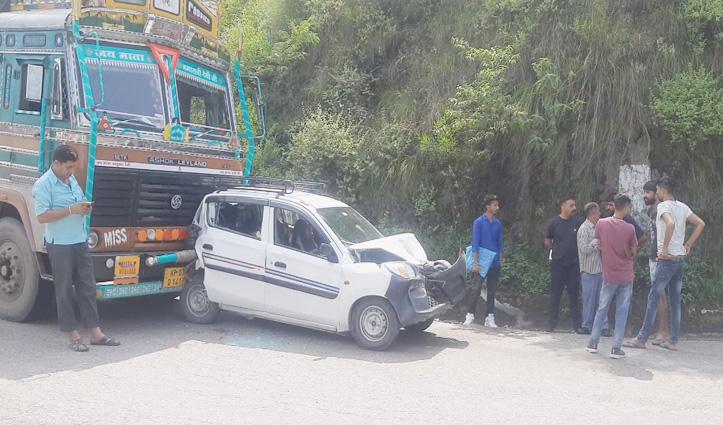 हिमाचल: दो ट्रकों के बीच पिस गई कार, एक के बाद एक कर टकराए तीनों वाहन