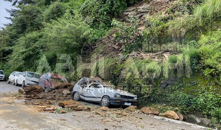 शिमला के देवनगर में बारिश के कारण पत्थर गिरने से दो गाड़ियां हुई चकनाचूर