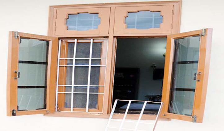 हिमाचल में पूर्व विधायक के घर में खिड़की तोड़ घुसे चोर, मचाया उत्पात