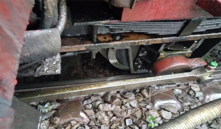 कालका-शिमला रेलवे ट्रैक पर पटरी से उतरी रेल कार, ट्रेनों की आवाजाही पर लगी ब्रेक