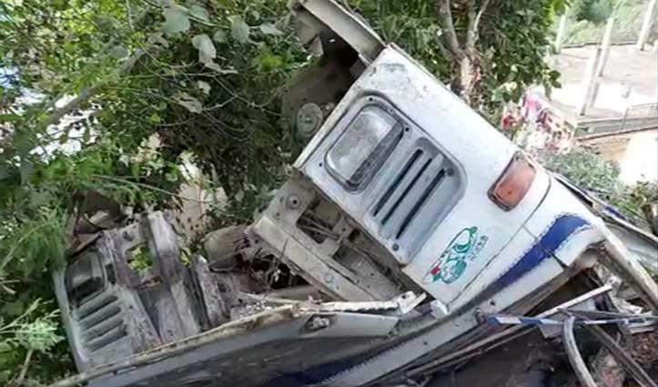 हिमाचल: सड़क से 250 मीटर नीचे रिहायशी मकान की छत पर गिरा डंपर ट्रक