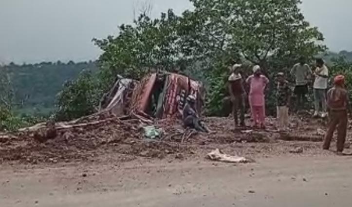 सेब लेकर बिहार जा रहा कैंटर बिलासपुर में पलट कर खाई में गिरा, दो थे सवार