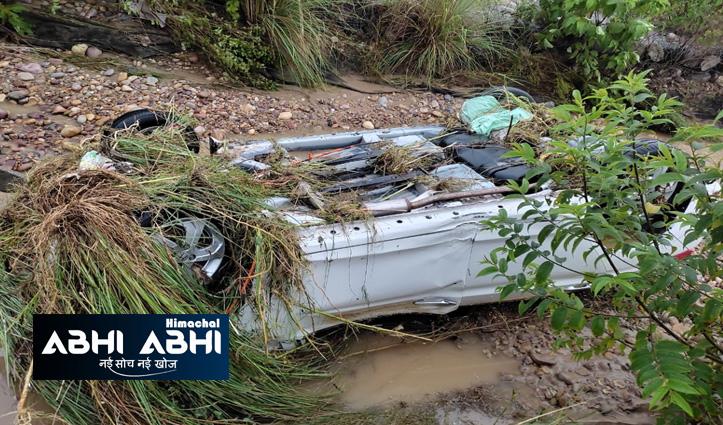 हिमाचल में तेज बारिश के बीच कार के साथ बह गया व्यवसायी, लोगों ने बचाया