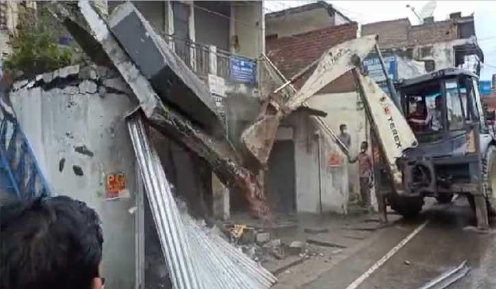 हिमाचल: छुट्टी के दिन नगर परिषद की बड़ी कार्रवाई, पुलिस की मौजूदगी में गिराए अवैध कब्जे