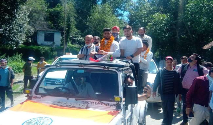 हिमाचल पहुंचने पर ओलंपिक खिलाड़ी वरूण कुमार को लोगों ने कंधे पर उठाया
