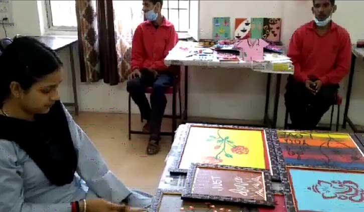 हिमाचल: स्पेशल बच्चों की अनोखी प्रतिभा, कबाड़ से बनाए दिये और फ्लावर पॉट
