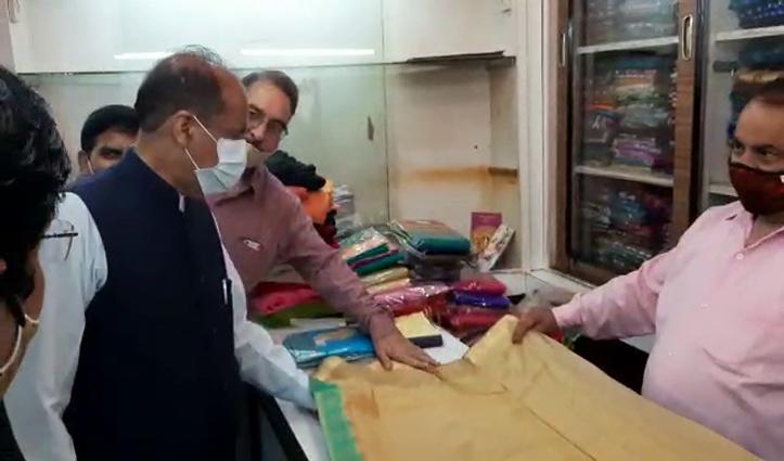 गांधी जयंती पर सीएम जयराम ने खरीदी जैकेट व डॉ साधना के लिए साड़ी