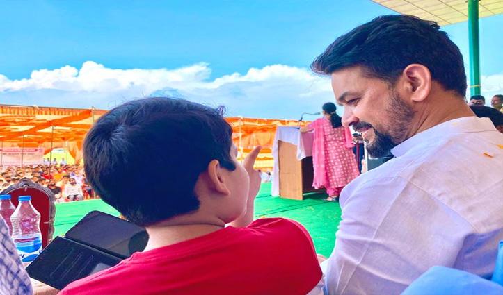 बच्चे के साथ बातचीत करते दिखे केंद्रीय मंत्री अनुराग ठाकुर