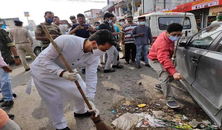 हिमाचल: सड़क पर झाड़ू लेकर उतरे केंद्रीय मंत्री अनुराग ठाकुर, बोले- उपचुनाव में कांग्रेस का होगा सूपड़ा साफ