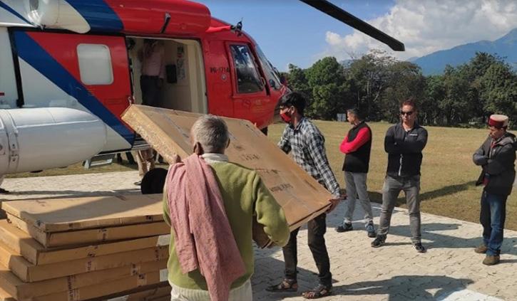 हिमाचल: 10 साल से अंधेरे में डूबे गांव को मिलेगी रोशनी, हेलीकॉप्टर से भेजे सोलर पैनल