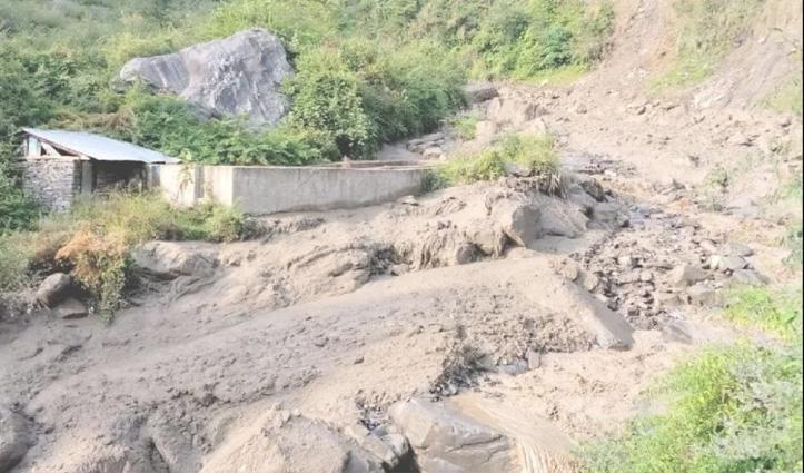 हिमाचल: बादल फटने से नाले में आई बाढ़, लोनिवि की मशीन तेज बहाव में बही