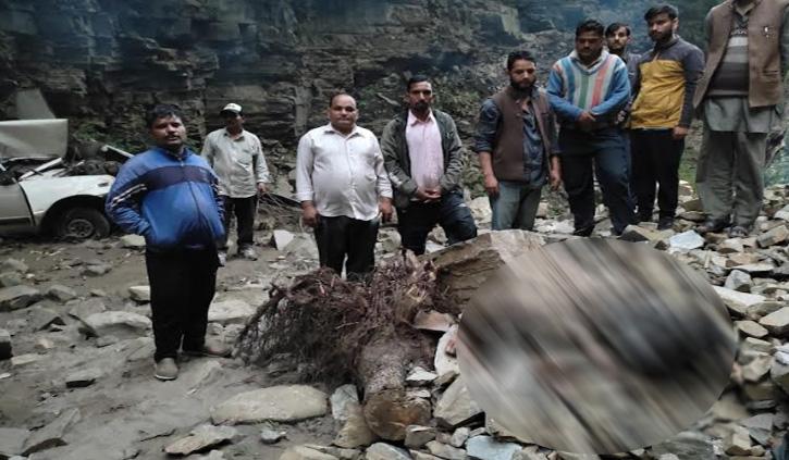 हिमाचल में हुआ दर्दनाक सड़क हादसा, पिता-पुत्र और भतीजे की गई जान