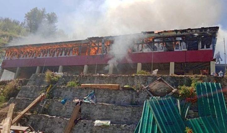 हिमाचल : दो मंजिला मकान, पशुशाला जलकर राख; 5 परिवार के 20 सदस्य हुए बेघर