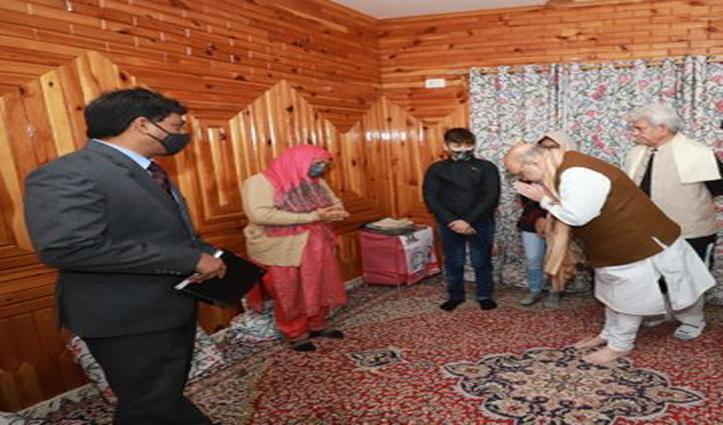 जम्मू-कश्मीर पहुंचे अमित शाह, शहीद पुलिस कर्मी डार के परिजनों से मिले