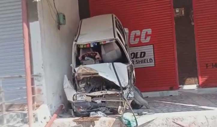 हिमाचल: खाई में गिरी कार, एक की गई जान, दुकान के बाहर हवा में लटकी गाड़ी
