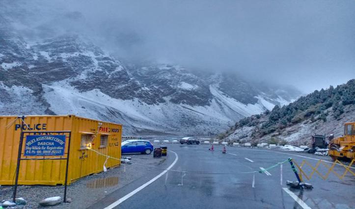 हिमाचलः बर्फबारी के चलते मनाली-लेह मार्ग पर आवाजाही रोकी, सरचू में पर्यटक की मौत