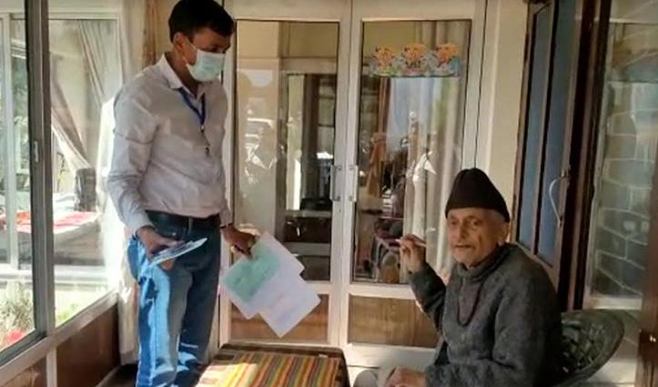 हिमाचल उपचुनाव: पूरी गोपनीयता और सुरक्षा के साथ घर पर पहुंच रही मोबाइल वोटिंग टीम