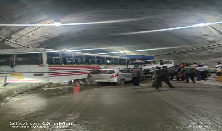 हिमाचल: औट टनल में बस और ट्रक की जबरदस्त भिड़ंत, ट्रक चालक की मौके पर मौत, 14 घायल