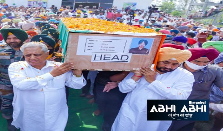 पंजाब के सीएम चरणजीत चन्नी ने शहीद जवान गज्जन सिंह की अर्थी को दिया कंधा