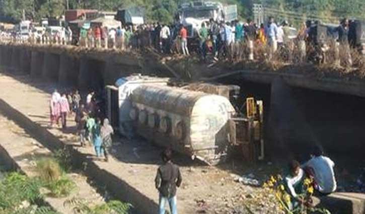 हिमाचल: बजरी से भरा टिप्पर तेल लदे टैंकर से टकराया, पुल से नीचे गिरने कारण बह गया तेल
